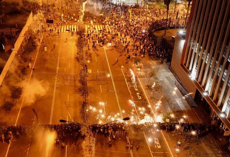 La police tente de disperser les manifestants participant à une marche de protestation massive contre le nouveau gouvernement du président Manuel Merino, sur la place San Martin de Lima, à Lima, Pérou, le 14 novembre 2020.