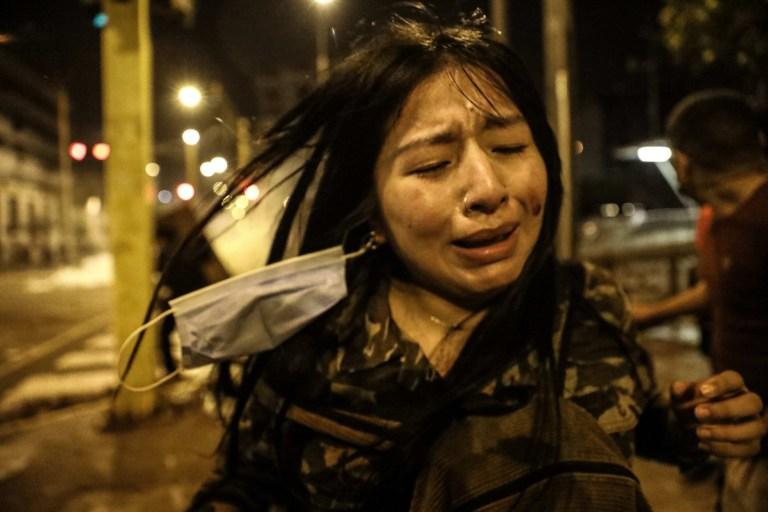 Une personne blessée réagit lors d'une manifestation contre le nouveau gouvernement du président Manuel Merino, place San Martin de Lima, à Lima, Pérou, le 14 novembre 2020.