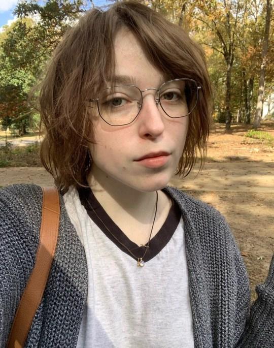 Carolina Bowen, 20 ans, de Caroline du Sud, a contracté une infection à Rhizopus oryzae en ne nettoyant pas sa pompe à insuline et s'est retrouvée dans un coma d'un mois, a subi cinq chirurgies, a perdu 10% de sa chair, a perdu sa fonction dans son bras gauche et est même décédée à un point.