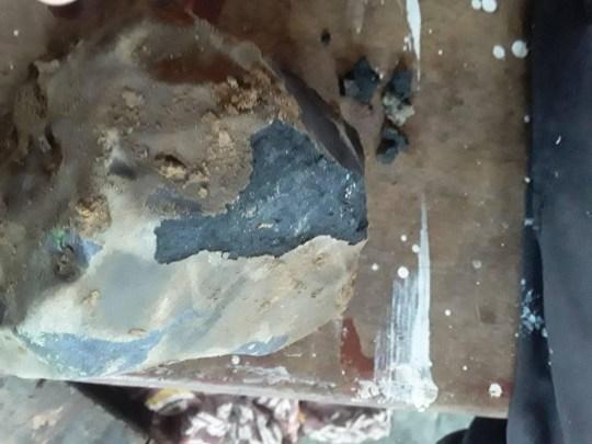 Météorite trouvée en Indonésie 8958151 https://www.facebook.com/josua.d.hutg/posts/3262486800461547