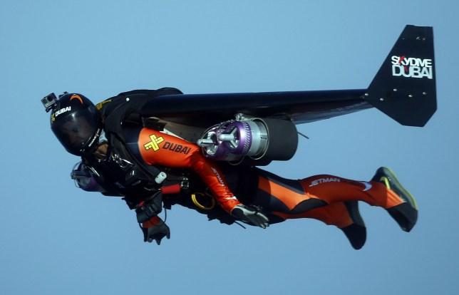 epa08826151 (FILE) - Une vue aérienne prise de derrière la vitre de l'avion montre le Français Vince Reffet (R) survolant la plage de Dubaï, aux Émirats arabes unis, le 12 mai 2015 (réédité le 17 novembre 2020).  Le 17 novembre 2020, l'organisation 'Jetman Dubai' a annoncé dans un communiqué que le pilote de Jetman Vincent 'Vince' Reffet avait été tué dans un accident tragique alors qu'il s'entraînait à Dubaï.  Reffet faisait partie de l'équipe «Jetman», effectuant des cascades à l'aide de jetpacks et d'ailes en fibre de carbone au-dessus de Dubaï.  EPA / ALI HAIDER *** légende locale *** 51929134