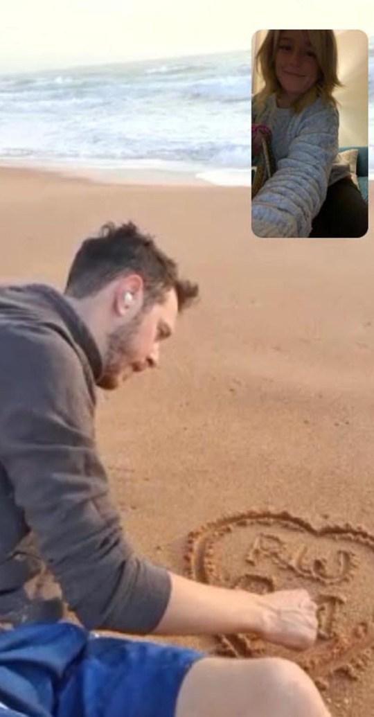 Andrew Monck sur une vidéo de plage australienne appelant Rosanna Wilson.