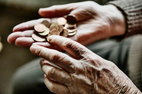 faltige Hand einer Seniorin mit Geldmunzen, Koln, Nordrhein-Westfalen, Deutschland