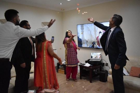 La famille a diffusé le mariage à la maison et célébré en lançant des roses lors de la cérémonie hindoue