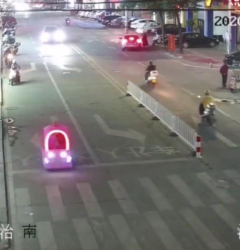 Petite voiture roulant sur route