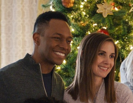 Eric (Burl Moseley, l) and Sloane (Alison Brie, r) in Happiest Season