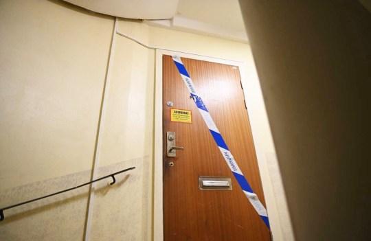 Crédit obligatoire: Photo par IBL / REX (11087898d) Une femme de 70 ans à Stockholm a gardé son fils emprisonné pendant 28 ans.  Le fils, qui a maintenant la quarantaine, a été retrouvé dimanche par un parent allongé sur une couverture par terre dans l'appartement.  L'homme, qui a été transporté à l'hôpital, souffre de malnutrition sévère, n'a pas de dents dans la bouche, a une langue de mauvaise qualité et des blessures sur tout le corps Fils emprisonné pendant 28 ans, Stockholm, Suède - 30 novembre 2020