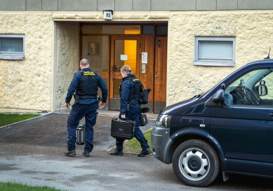 Crédit obligatoire: Photo par IBL / REX (11087898i) La police enquête sur l'appartement à Stockholm, en Suède, le 1er décembre 2020, où une femme de 70 ans a gardé son fils emprisonné pendant 28 ans.  Fils emprisonné pendant 28 ans, Stockholm, Suède - 30 nov.2020 Le fils, qui a maintenant la quarantaine, a été retrouvé dimanche par un parent allongé sur une couverture par terre dans l'appartement.  L'homme, qui a été transporté à l'hôpital, souffre de malnutrition sévère, n'a pas de dents dans la bouche, a un langage de mauvaise qualité et des blessures sur tout le corps.