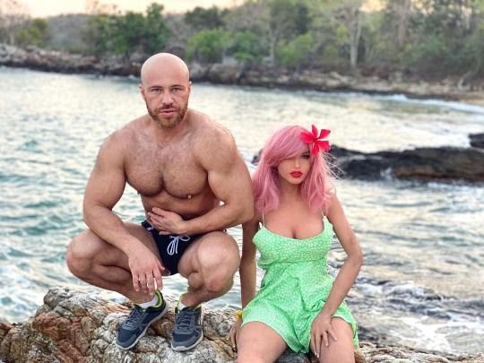 Un bodybuilder épouse une poupée sexuelle après une relation de deux ans, Yuri Tolochko, du Kazakhstan,