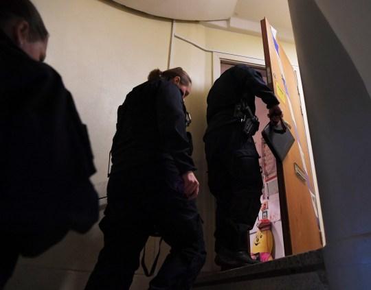 Des techniciens de police entrent dans un appartement à Haninge, au sud de Stockholm, le 1er décembre 2020, un jour après qu'un homme dans la quarantaine qui a été gardé sous clé par sa mère y a été retrouvé.  - Une mère en Suède a été arrêtée, soupçonnée d'avoir enfermé son fils à l'intérieur de leur appartement pendant 28 ans, le laissant sous-alimenté et presque sans dents, selon la police et les médias.  (Photo par Jonathan NACKSTRAND / AFP) (Photo par JONATHAN NACKSTRAND / AFP via Getty Images)