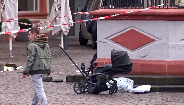 Cette capture d'image tirée d'une vidéo obtenue de Steil-TV montre une zone bouclée avec un landau détruit dans l'une des scènes où une voiture a percuté des piétons dans le centre de Trèves, dans le sud-ouest de l'Allemagne, le 1er décembre 2020.