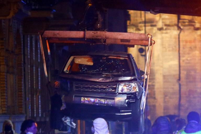 Des policiers et des travailleurs enlèvent le véhicule impliqué dans l'incident au centre-ville, où une voiture s'est écrasée sur des piétons à Trèves, en Allemagne, le 1er décembre 2020.