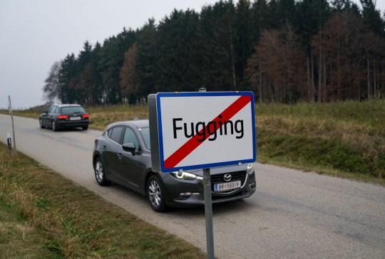 Crédit obligatoire: Photo par Action Press / REX (11089670g) Le village autrichien «Fucking» sonnera la nouvelle année sous un nouveau nom - Fugging - après que le ridicule de leurs panneaux soit devenu trop difficile à supporter.  Village autrichien rebaptisé `` Fugging '', Autriche - 02 décembre 2020 Ils se sont finalement lassés de `` Fucking '', son nom actuel, qui, selon certains experts, remonte au 11ème siècle.  Le village d'environ 100 habitants sera baptisé «Fugging» à partir du 1er janvier 2021. De plus en plus de touristes anglophones ont tenu à s'arrêter pour prendre des photos d'eux-mêmes près du panneau à l'entrée du village.  Certains auraient même volé les panneaux indicateurs.