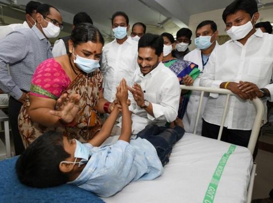 epa08867942 Une photo mise à disposition par le gouvernement de l'Andhra Pradesh le 7 décembre 2020 montre le ministre en chef de l'Andhra Pradesh, YS Jagan Mohan Reddy (C), rencontrant les patients en traitement pour une maladie inconnue qui a laissé plus de 200 personnes hospitalisées dans la ville d'Eluru, Andhra Pradesh, Inde, 6 décembre 2020 (publié le 7 décembre 2020).  DOCUMENT EPA / STR DOCUMENT À DISTANCE ÉDITORIAL UNIQUEMENT / PAS DE VENTES