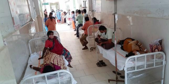Des patients et leurs spectateurs sont vus à l'hôpital gouvernemental du district d'Eluru, dans l'État d'Andhra Pradesh, en Inde, le dimanche 6 décembre 2020. Plus de 200 personnes ont été hospitalisées en raison d'une maladie non identifiée dans cette ancienne ville célèbre pour ses produits tissés à la main.  (Photo AP)