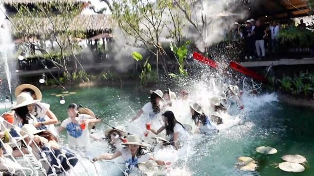 Chiang mai, Thaïlande, 7 décembre 2020 (vidéo encore) ?????? COPIE DE NOUVELLES - AVEC VIDÉO ET PHOTOS ?????? C'est le moment dramatique 30 reines de beauté plongées dans un étang lorsqu'un pont s'est brisé.  Les espoirs glamour de Miss Thaïlande participaient à la deuxième journée de la compétition à Chiang Mai, en Thaïlande, ce matin (7 décembre).  Dans le cadre du concours, ils visitaient un café et posaient pour des photos sur un pont suspendu fait de cordes reliées à une passerelle en acier.  Cependant, la structure ne pouvait pas supporter leur poids et elle s'est cassée - les envoyant s'écraser dans l'eau sale en dessous.  Trois des filles ont été blessées avec une coupure et des ecchymoses au front tandis que les deux autres avaient des éraflures mineures.  Ils ont tous été emmenés à l'hôpital pour un bilan de santé, mais ont été libérés.  Worapot Chatkanjana, 43 ans, le propriétaire embarrassé du restaurant où se déroulait l'événement, a promis de couvrir les frais de traitement des femmes blessées.  Il a fait don de 500 000 bahts (12 500 GBP) pour couvrir leurs factures.  Il a déclaré: `` Je paierai également pour les autres candidats pour que leurs robes soient nettoyées professionnellement.  «Je ne sais pas pourquoi le pont s'est cassé.  Il est solide, mais il ne pouvait tout simplement pas supporter le poids des femmes.  À l'avenir, nous apporterons des améliorations au pont pour être encore plus fort. '' Les 27 autres espoirs du concours de beauté ont poursuivi l'événement, avec trois de leurs rivaux manquants.  Ils rejoindront demain.  Le Dr Adisorn Suddee, directeur de Miss Thaïlande 2020, a déclaré: `` Normalement, le concours se déroule à Bangkok, mais cette fois, nous avons choisi Chiang Mai et nous étions convaincus que ce serait sûr et sécurisé.  «C'était le deuxième jour du concours et il était inattendu que le pont se brise.» Les concours de beauté sont une industrie en plein essor en Thaïlande, avec des événements organisés aux niveaux région