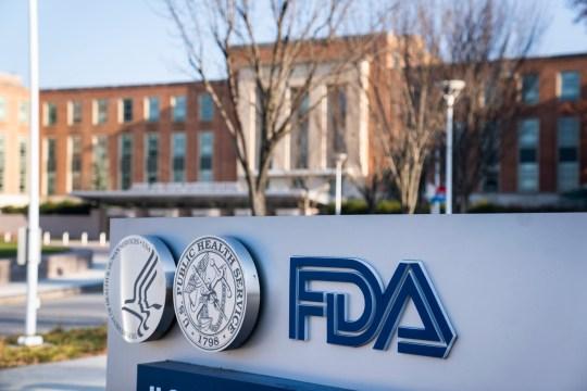 epa08876432 (FILE) - Siège de la Food and Drug Administration (FDA) des États-Unis à Silver Spring, Maryland, États-Unis, 10 décembre 2020 (réédition le 10 décembre 2020).  Un comité consultatif de la FDA a recommandé à l'agence d'autoriser le vaccin contre le coronavirus de Pfizer.  Le vaccin Covid-19, connu sous le nom de travail BNT162b2, est en cours de développement par Pfizer et BioNTech.  EPA / JIM LO SCALZO