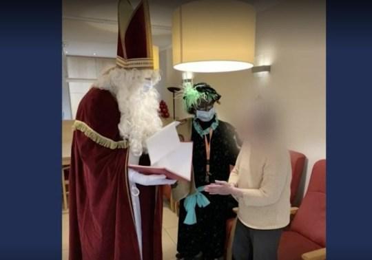 UNCLEARED GRABS: Les résidents de la maison de soins visités par le super épandeur St Nicholas CRÉDIT: VRT