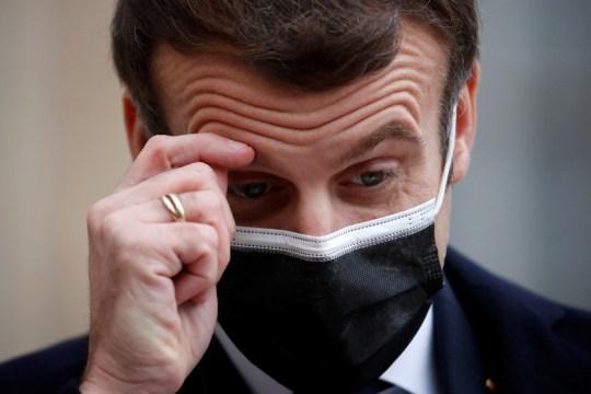 Le président français Emmanuel Macron, portant un masque protecteur, se gratte le front alors qu'il parle aux médias à côté du Premier ministre portugais Antonio Costa (non vu) avant une réunion à l'Elysée à Paris, France, le 16 décembre 2020. REUTERS / Gonzalo Fuentes