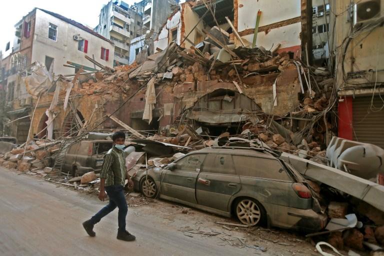 Histoires de 2020: survivre à l'explosion de Beyrouth. Clara. Tom Williams TOPSHOT - Une photo montre les conséquences d'une explosion qui a déchiré la capitale libanaise le 5 août 2020 à Beyrouth. - Les sauveteurs ont recherché des survivants à Beyrouth après qu'une explosion cataclysmique au port a semé la dévastation dans des quartiers entiers, tuant plus de 100 personnes, en blessant des milliers et plongeant le Liban plus profondément dans la crise. L'explosion, qui semble avoir été causée par un incendie qui a enflammé 2 750 tonnes de nitrate d'ammonium non sécurisé dans un entrepôt, a été ressentie aussi loin que Chypre, à environ 240 kilomètres au nord-ouest. (Photo par STR / AFP) (Photo par STR / AFP via Getty Images)