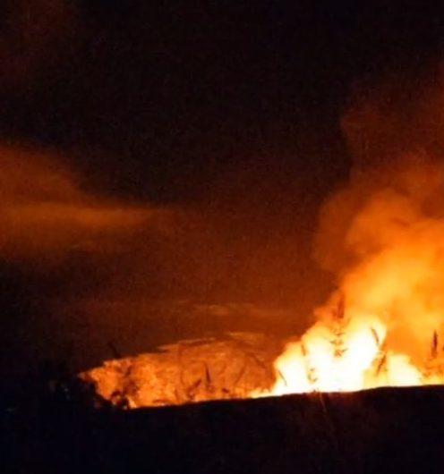Le tremblement de terre de dimanche soir secoue l'île d'Hawaï et le cratère Halema? Uma? U dans la caldeira de K? Lauea éclate soudainement.  2020 ne se passera pas tranquillement.  https://www.facebook.com/K.BryanHI/videos/3905407856158940