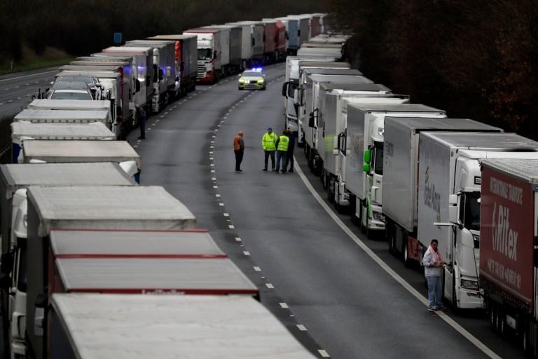 Les camions sont garés sur l'autoroute M20 dans le cadre de l'opération Stack, tandis que le port de Douvres reste fermé, dans le sud de l'Angleterre, le mardi 22 décembre 2020.