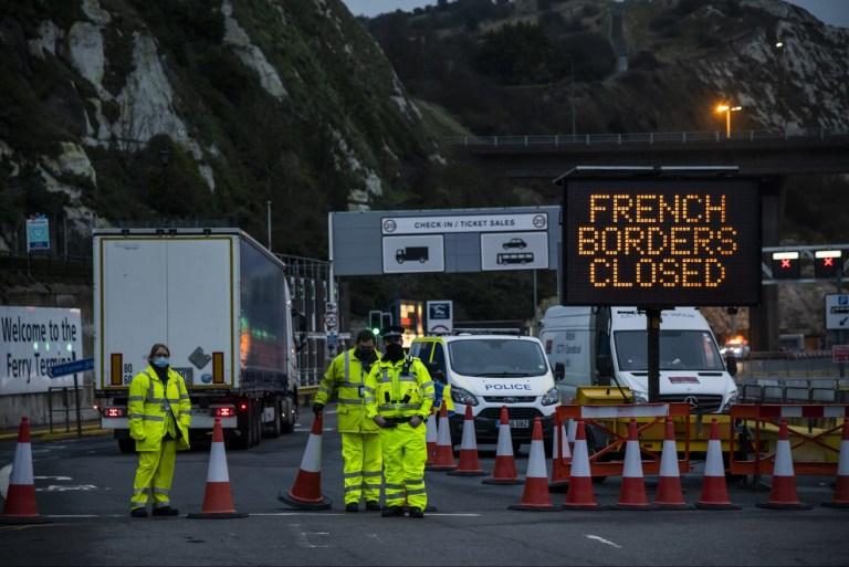 Il y a un flux constant de camions arrivant à Douvres dans l'espoir de gagner la France - ils sont refusés à moins qu'ils ne déposent simplement leur chargement pour le transbordement.  Le port de ferry de Douvres est toujours fermé à l'approche du soir.  Les camions font la queue dans toute la ville et retournent dans la campagne du Kent.  Le M20 est partiellement fermé en raison de l'accumulation du trafic de poids lourds dans le Kent après qu'une grande partie du sud-est de l'Angleterre est entrée au niveau 4 et que les Français ont fermé leur frontière de ferry.  Congestion de niveau 4 à Douvres après que la France a fermé sa frontière de ferry., M2, Kent, Londres, Royaume-Uni - 22 déc.2020
