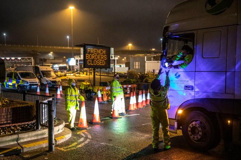La police vérifie les documents à l'entrée du port le 22 décembre 2020 à Douvres, en Angleterre.  Plus de 1000 camions sont restés empilés dans le Kent alors que les chauffeurs attendaient la reprise du voyage du port de Douvres vers la France.