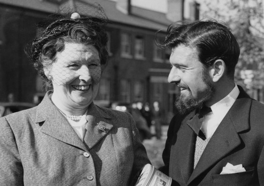 L'espion britannique George Blake avec sa mère à son retour de Corée en 1953. Fait prisonnier par l'armée populaire coréenne pendant la guerre de Corée, Blake avait été recruté par le KGB.  (Photo par Central Press / Hulton Archive / Getty Images)