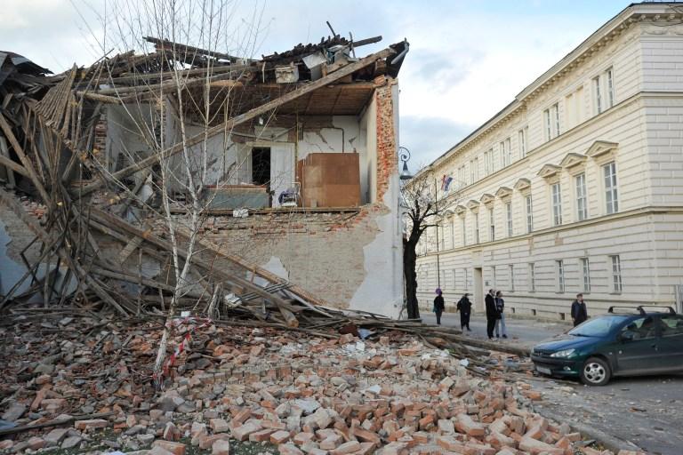 Vue des bâtiments endommagés lors d'un tremblement de terre, à Petrinja, en Croatie, mardi 29 décembre 2020. Un fort tremblement de terre a frappé le centre de la Croatie et causé des dégâts importants et au moins un mort dans une ville au sud-est de la capitale.  (Photo AP)