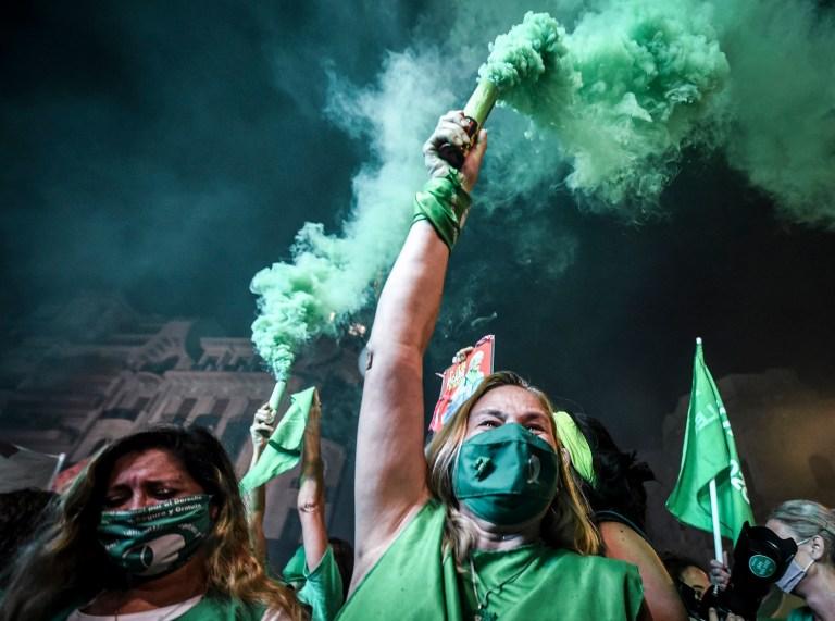 Des manifestants pro-choix célèbrent après la légalisation du droit à l'avortement le 30 décembre 2020 à Buenos Aires, en Argentine.