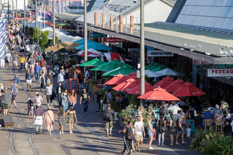 AUCKLAND, NOUVELLE-ZÉLANDE - 31 DÉCEMBRE: Les foules commencent à se rassembler au bord de l'eau lors des célébrations du réveillon du Nouvel An à Auckland le 31 décembre 2020 à Auckland, en Nouvelle-Zélande.  (Photo par Dave Rowland / Getty Images pour Auckland Unlimited)