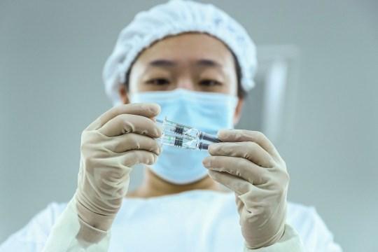 (201231) - BEIJING, 31 décembre 2020 (Xinhua) - Un membre du personnel vérifie la qualité de l'emballage des vaccins inactivés COVID-19 dans une usine d'emballage du Beijing Biological Products Institute Co., Ltd.à Beijing, capitale de Chine, 25 décembre 2020. La Chine a annoncé jeudi qu'elle avait accordé une autorisation de mise sur le marché conditionnelle pour son premier vaccin COVID-19 auto-développé.  Le vaccin inactivé, qui a obtenu l'approbation de la National Medical Products Administration (NMPA), est développé par le Beijing Biological Products Institute Co., Ltd. sous le China National Biotec Group (CNBG), qui est affilié à Sinopharm.  (Xinhua / Zhang Yuwei) Agence de presse Xinhua / eyevine Contactez eyevine pour plus d'informations sur l'utilisation de cette image: T: +44 (0) 20 8709 8709 E: info@eyevine.com http://www.eyevine.com