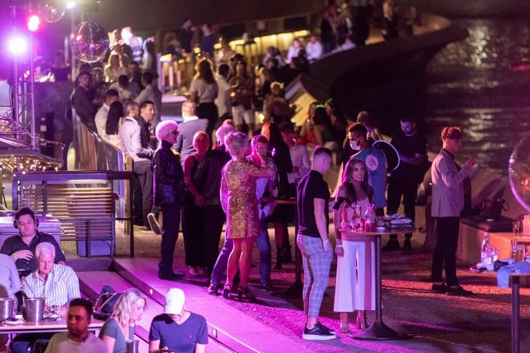 SYDNEY, AUSTRALIE - 31 DÉCEMBRE: Les clients sont vus à l'Opéra Bar lors des célébrations du réveillon du Nouvel An le 31 décembre 2020 à Sydney, en Australie.  En raison des restrictions de COVID-19 au milieu d'une nouvelle épidémie de virus à Sydney, le feu d'artifice de cette année a été raccourci à sept minutes, avec de nombreuses autres restrictions en place sur les déplacements autour du CBD (Photo de Brook Mitchell / Getty Images)