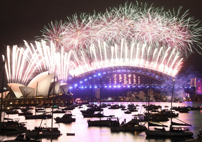 Crédit obligatoire: Photo de Richard Milnes / REX (11675219g) Feux d'artifice du réveillon du Nouvel An à minuit vu de Mme Macquaries Président.  Feux d'artifice du Nouvel An à minuit, Sydney, Australie - 31 décembre 2020