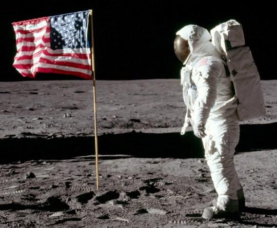 Photo originale de Buzz Aldrin à la surface de la lune.  Voir l'histoire SWNS SWSYbuzz.  La seule image claire montrant Buzz Aldrin en marchant sur la Lune a été découverte par un photographe amateur.  Andy Saunders, 45 ans, a découvert un détail caché de l'une des photos les plus emblématiques jamais prises.  En appliquant la technologie d'amélioration de la photo utilisée par les astronomes pour améliorer la résolution des planètes lointaines, Saunders a pu modifier la clarté de la photo.  Il éclaircit et assombrit les nuances de la photo, souvent quelques pixels à la fois.Une fois que le contour des traits du visage d'Aldrin devint légèrement plus clair, Saunders passa des heures à peaufiner la saturation et le contraste de minuscules zones à la fois, pour révéler toute son expression.  Il révèle pour la première fois une photo claire de l'astronaute donnant un sourire effronté alors qu'il tourne la tête pour faire face à la caméra - auparavant masquée par sa visière réfléchissante.  L'image a été prise par son collègue astronaute Neil Armstrong quelques instants après qu'Aldrin ait planté un poteau avec le drapeau américain sur la surface lunaire en juillet 1969. Elle est depuis devenue l'une des photos les plus emblématiques du XXe siècle - MTV l'utilisant pour se commercialiser , en remplaçant le drapeau par son propre logo.  Andy, un promoteur immobilier de Culcheth, Cheshire, a publié l'image quelques mois seulement après le 50e anniversaire de l'atterrissage d'Apollo 11.