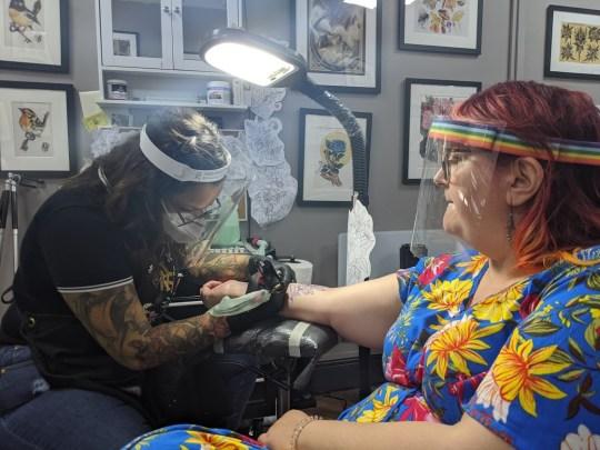 Elle's mum get's tattooed by Amanda.