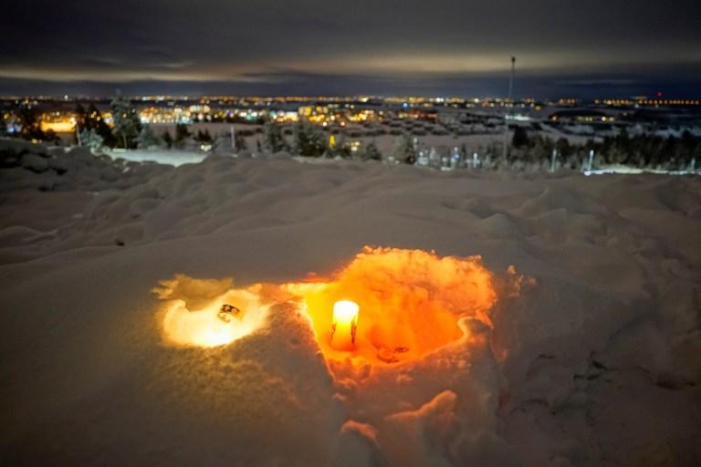 Des bougies brûlent pour les victimes du glissement de terrain meurtrier qui a frappé une zone résidentielle il y a plusieurs jours à Ask, Gjerdrum, Norvège, le 2 janvier 2021. NTB / Haakon Mosvold Larsen via REUTERS ATTENTION RÉDACTEURS - CETTE IMAGE A ÉTÉ FOURNIE PAR UN TIERS.  NORVEGE OUT.  AUCUNE VENTE COMMERCIALE OU ÉDITORIALE EN NORVÈGE.