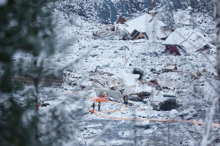 Des équipes de sauvetage travaillent dans la région d'Ask à Gjerdrum, samedi 2 janvier 2021, après un énorme glissement de terrain qui s'est écrasé mercredi dans un quartier résidentiel près de la capitale norvégienne.  Le glissement de terrain a traversé une route traversant Ask, laissant un ravin profond que les voitures ne pouvaient pas traverser.  (Tor Erik Schroeder / NTB via AP)