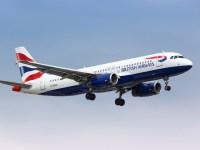 Britische Reisende, die nach Spanien zurückkehren, warten darauf, mit dem Personal der Fluggesellschaft zu sprechen, nachdem ihnen am Samstag, dem 2. Januar 2021, die Einreise in Flugzeuge am Flughafen London Heathrow verweigert wurde. Dutzende Einwohner des Vereinigten Königreichs in Spanien wurde die Reise verweigert, weil die Fluggesellschaften sich weigerten, als Wohnsitznachweis verwendete Dokumente zu akzeptieren, bis das Vereinigte Königreich am 31. Dezember 2020 um Mitternacht die Europäische Union verließ (AP Photo / Max Duncan).