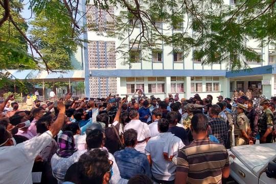 Le personnel des médias et de la police se rassemblent devant l'hôpital général du district de Bhandara, dans l'État indien du Maharashtra, le 9 janvier 2021.