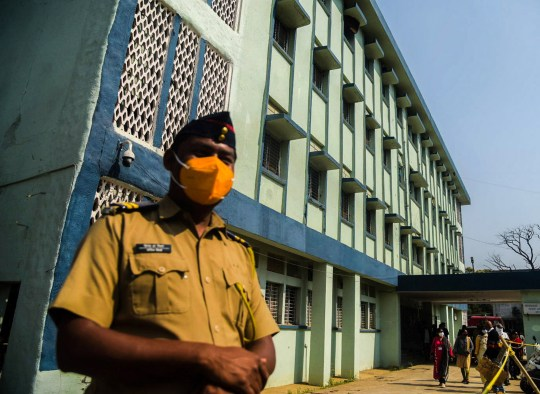 Un policier monte la garde devant l'hôpital général du district de Bhandara à la suite d'un incendie, à Bhandara, Maharashtra, Inde, le 9 janvier 2021. Au moins 10 nouveau-nés sont décédés après qu'un incendie se soit déclaré dans la garderie de l'hôpital.  D'autres enquêtes sont en cours.