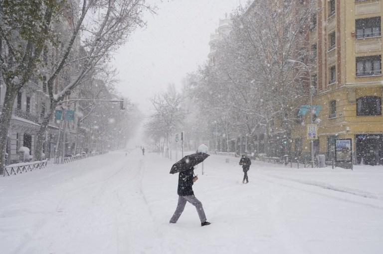 Une personne avec un parapluie traverse la rue lors d'une forte chute de neige à Madrid, Espagne, le 9 janvier 2021. REUTERS / Juan Medina
