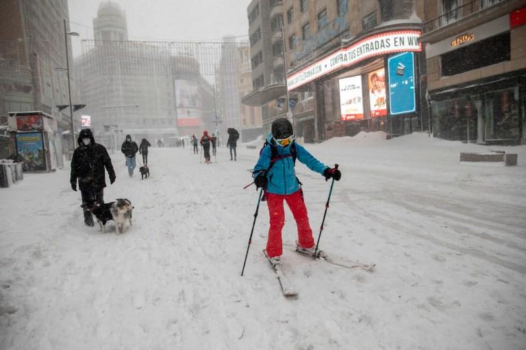 MADRID, ESPAGNE - 09 JANVIER: Une femme ski sur neige à la rue Gran Via lors de fortes chutes de neige le 09 janvier 2021 à Madrid, Espagne.  L'Espagne est en alerte rouge pour un deuxième jour en raison de la tempête Filomena, qui a apporté un temps exceptionnellement froid et de fortes chutes de neige.  La tempête a causé des services annulés et des perturbations des transports.  (Photo par Pablo Blazquez Dominguez / Getty Images)