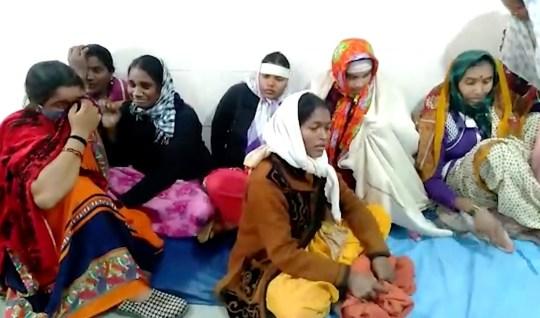 Des femmes en deuil dans un hôpital général de district où un incendie s'est déclaré à Bhandara, à environ 70 kilomètres de Nagpur, en Inde, le samedi 9 janvier 2021. Un incendie s'est déclaré tôt dans l'unité de soins intensifs d'un hôpital gouvernemental de l'ouest de l'Inde. Samedi, tuant 10 nourrissons, selon la police et les informations.  Les pompiers ont sauvé sept bébés de l'unité de soins aux nouveau-nés de l'hôpital.