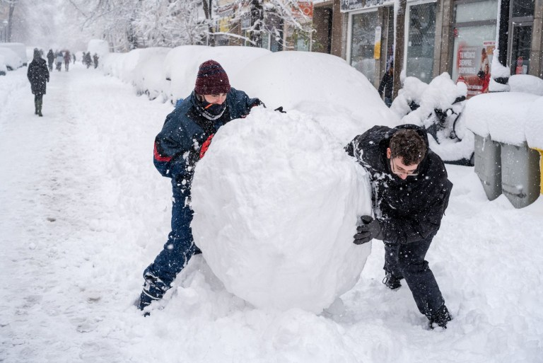 Crédit obligatoire: Photo de Diego Radames / SOPA Images / REX (11701210j) Des jeunes poussent une boule de neige dans les rues de la Chambre?  quartier, centre de Madrid.  La tempête de neige Filomena affecte fortement l'Espagne et laisse la capitale partiellement paralysée.  La communauté de Madrid est effondrée par les fortes chutes de neige et les citoyens piégés pendant la nuit dans leurs véhicules, des centaines d'arbres tombés, des risques de dommages dans les bâtiments, des rues et des autoroutes bloquées, des transports très limités, les services d'urgence ne peuvent pas aider et le personnel essentiel ne peut pas se rendre à leur travail .  Le maire de Madrid, Jos?  Luis Mart? Nez-Almeida, a demandé aux citoyens de ne pas quitter leur domicile en raison d'une situation très dangereuse.  La tempête de neige Filomena à Madrid, Espagne - 09 janvier 2021