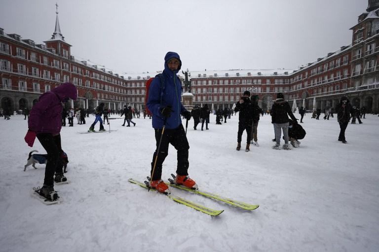 MADRID, ESPAGNE - 09 janvier: les gens marchent et skient sur la route couverte de neige à la Plaza Mayor comme ils apprécient lors de fortes chutes de neige à Madrid, Espagne le 09 janvier 2021. L'Espagne est en alerte rouge pour un deuxième jour en raison de la tempête Filomena, qui a apporté un temps inhabituellement froid et de fortes chutes de neige.  La tempête a provoqué des services annulés et des perturbations des transports.  (Photo par Burak Akbulut / Agence Anadolu via Getty Images)
