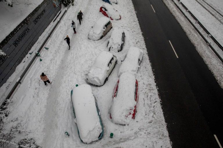 MADRID, ESPAGNE - 09 janvier: les voitures sont bloquées sur la neige alors que les gens passent le long de la route M-30 lors de fortes chutes de neige le 09 janvier 2021 à Madrid, Espagne.  L'Espagne est en alerte rouge pour un deuxième jour en raison de la tempête Filomena, qui a apporté un temps exceptionnellement froid et de fortes chutes de neige.  La tempête a causé des services annulés et des perturbations des transports.  (Photo par Pablo Blazquez Dominguez / Getty Images)