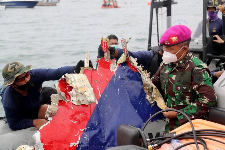 epa08929583 Le chef de la marine indonésienne, le général de division Suhartono (à droite) et la NAVY desplay débris sur un bateau lors d'une opération de recherche et de sauvetage près du site présumé de l'écrasement du vol SJ182 de Sriwijaya Air dans les eaux au large de Jakarta, le 10 janvier 2021. Selon un porte-parole de la compagnie aérienne, Le contact avec le vol SJ182 de Sriwijaya Air a été perdu le 9 janvier 2021 peu de temps après le décollage de l'avion de l'aéroport international de Jakarta alors qu'il se dirigeait vers Pontianak, dans la province du Kalimantan occidental.  Une opération de recherche et de sauvetage est en cours.  EPA / Bagus Indahono