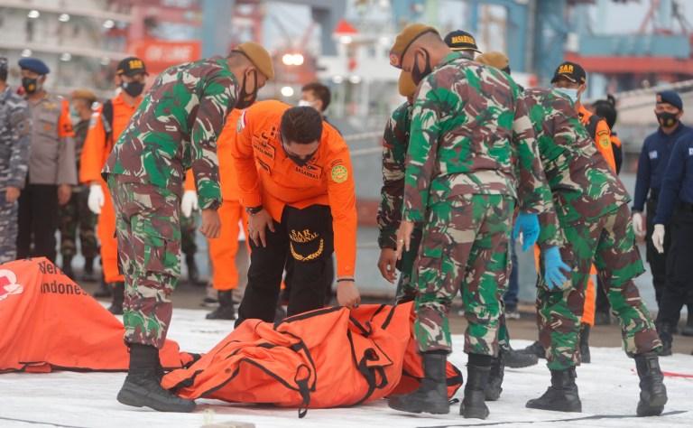 epa08931194 Des soldats indonésiens portent un sac mortuaire au port de Tanjung Priok à Jakarta, Indonésie, le 11 janvier 2021. Le contact avec le vol Sriwijaya Air SJ182 a été perdu le 9 janvier 2021 peu après le décollage de l'avion de l'aéroport international de Jakarta alors qu'il se dirigeait vers Pontianak dans le Kalimantan occidental Province.  L'avion s'est écrasé dans la mer au large de la côte de Jakarta.  EPA / ADI WEDA